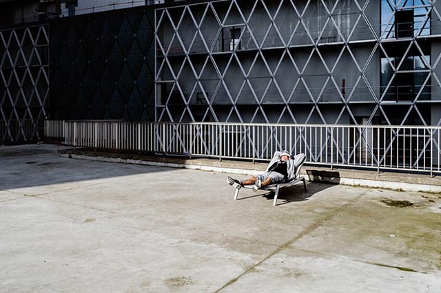 De la tragédie urbaine à la comédie humaine, Laurent Lavergne se nourrit de quiproquos en plein air