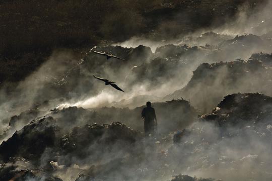 """Décharge de Mbeubeuss dans le quartier de Malika à Dakar, Sénégal (14°48'N - 17°19'O) - © Yann Arthus-Bertrand / Film """"Home"""" – une coproduction Elzevir Films / EuropaCorp"""