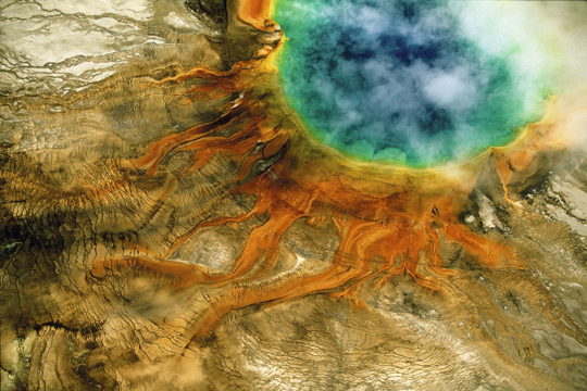 "Source chaude du Grand Prismatic, parc national de Yellowstone, Wyoming, États- Unis (44°31' N – 110°50' O) - © Yann Arthus-Bertrand / Film ""Home"" – une coproduction Elzevir Films / EuropaCorp"