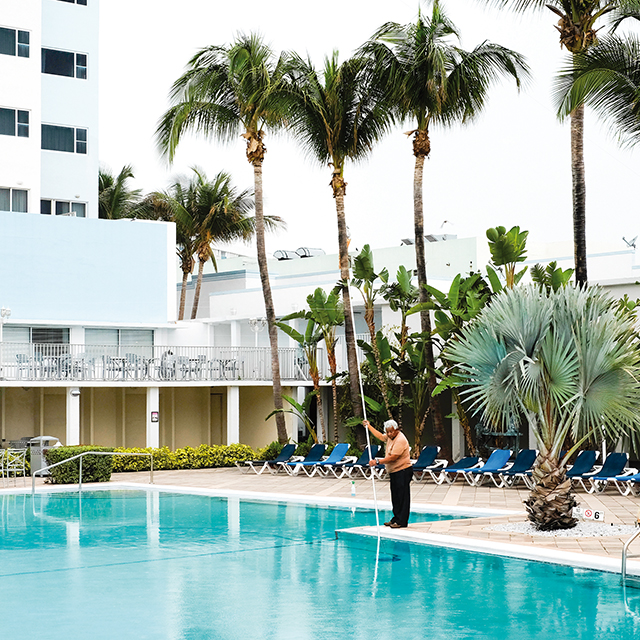 MARION DUBIER-CLARK • série From Florida to Cuba, Swimming-pool • South Beach, 2015