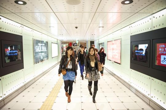 Fashion Victime appuyées par la perpective du couloir. © Fabrice Delanoue