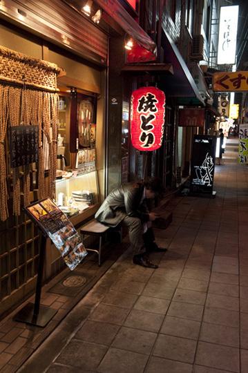 Un gars attendant un rendez-vous pour aller au restaurant. © Raymond Moïsa