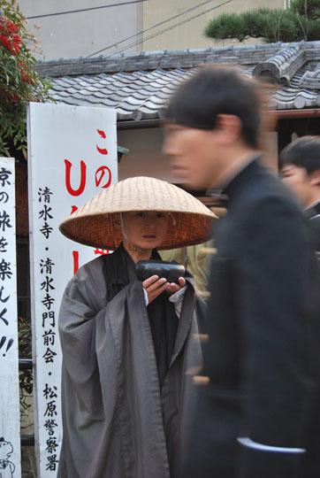 Aumone et indifférence dans un quotidien japonais. © Isabelle Loriot