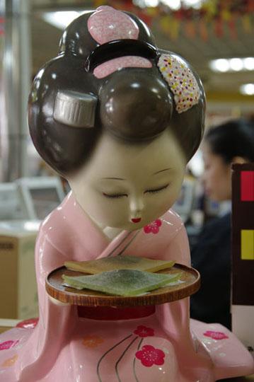 Un salut pour une douceur gâteau japonais à la cannelle. « C'est très bon ça à la cannelle ! » © Joël Da Costa Ferreira