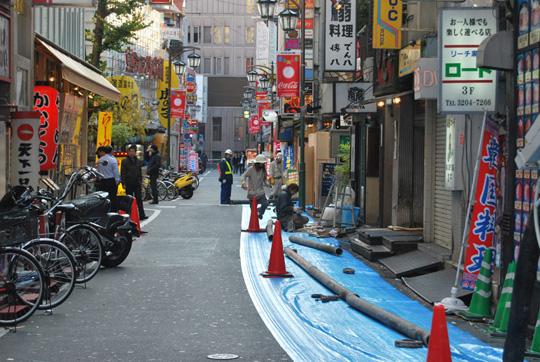 Encore de la couleur, du bleu cette fois. Travaux dans Tokyo. © Isabelle Loriot