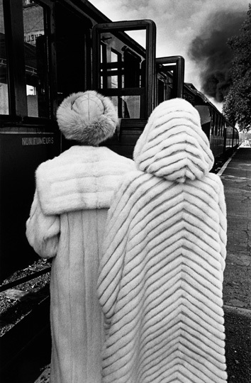 Deux femmes regardant passer un train, 1978 • © Jeanloup Sieff