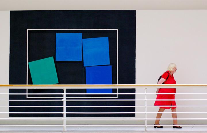 Dame en rouge, carrés bleus • Hervé Mirabail