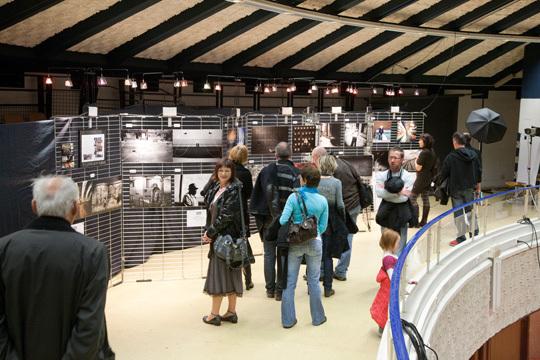Les visiteurs se sont révélés très curieux quant au principe de la correspondance à travers des images. Nombreuses étaient les questions posées. © Compétence Photo