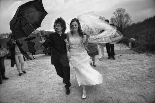Des mariés dans le vent.