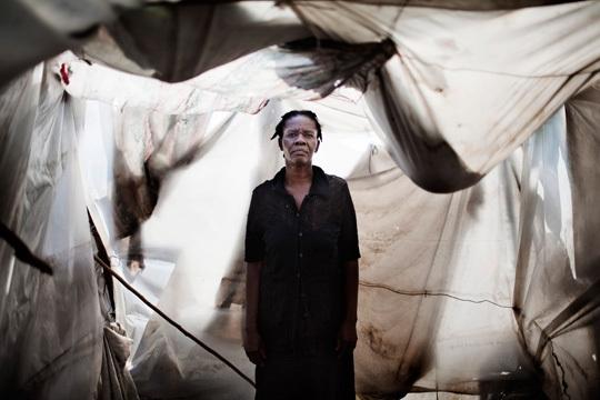 Port au Prince, Haïti, avril 2010. Alsendo, 48 ans, a perdu son mari lors du séisme du 12 janvier dans la destruction de leur maison. Elle a six enfants. Elle vit dans le quartier Nelio.