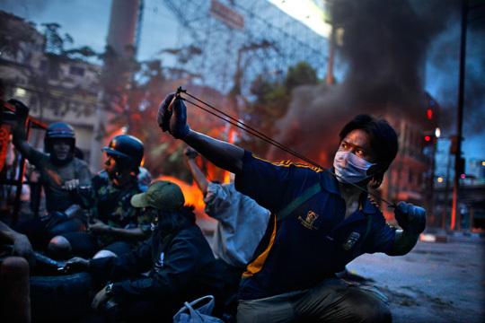 Bangkok, le 16 mai 2010. Affrontement entre les partisans des chemises rouges et les forces militaires thaïlandaises.