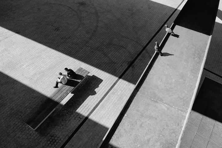 Premiers rayons de soleil entre amis • David Hesdin