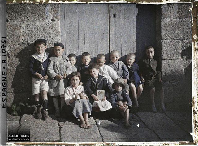 n° d'inventaire A10751, Collection Archives de la Planète - Musée Albert-Kahn/Département des Hauts-de-Seine - Espagne, La Corogne, Bande de gosses dont des blonds aux yeux bleus, 1917