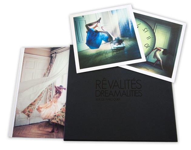 """L'édition limitée du livre """"Rêvalités"""", de Julie de Waroquier, comprend le livre signé et numéroté, deux tirages à part, le tout dans un bel étui imprimé."""