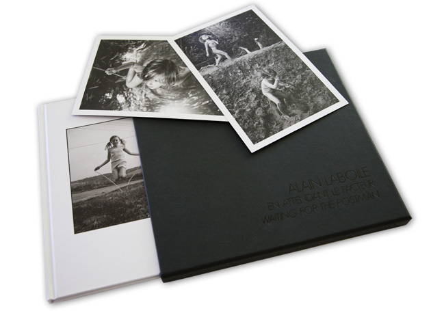 The limited edition of Waiting for the postman, by Alain Laboile, includes the signed and numbered book (edition limited to 200 copies), two additional prints, all in a beautiful case.