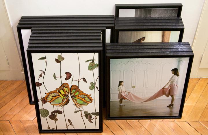 Au premier plan, les photographies de Stéphane Hette (à gauche) et Amélie Chassary & Lucie Belarbi (à droite)