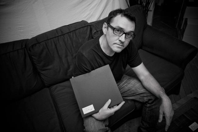 """Alain Laboile et le n°200 de l'édition limitée de son livre """"En attendant le facteur"""""""