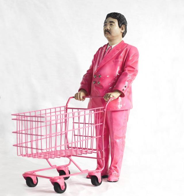 Pink Man, 2007-2008 de Manit Sriwanichpoom. Sculpture en résine limitée à 100 pièces signées