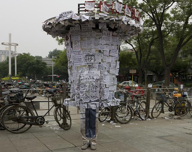 Info Port, 2011. Série Hiding in the city Courtesy Galerie Paris-Beijing © Liu Bolin - Tous droits réservés