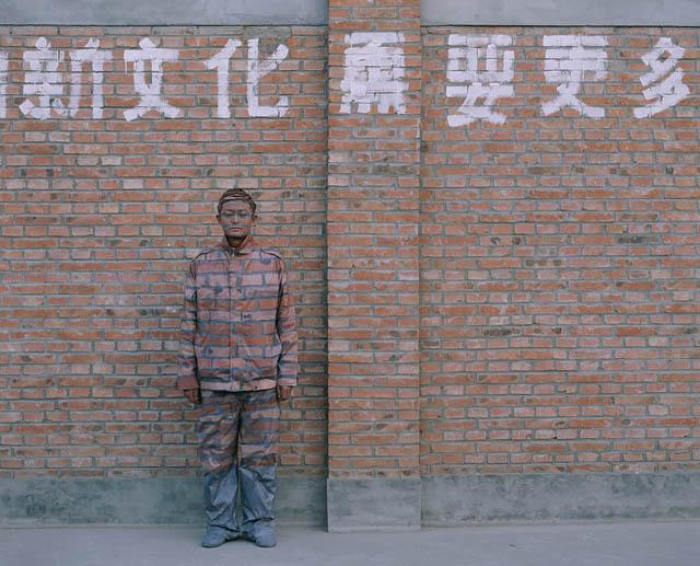 New culture needs more of..., 2005. Série Hiding in the city Courtesy Galerie Paris-Beijing © Liu Bolin - Tous droits réservés