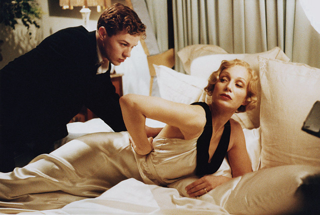 Still from Godford Park (2001) featuring Ryan Phillippe and Kristin Scott-Thomas.  © The Kobal Collection/ USA Filmes/ Capital Films/ Film Council