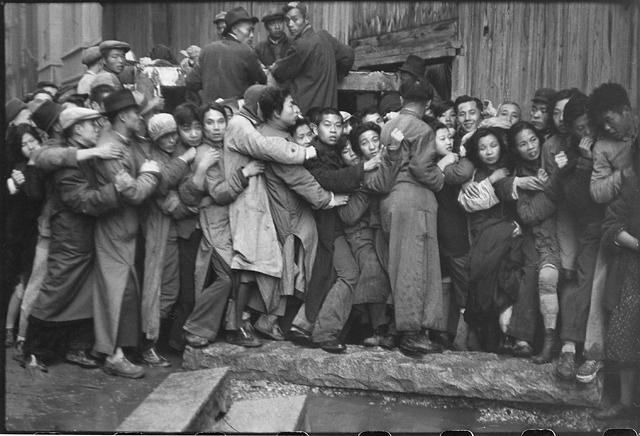 « Changaï, quand l'or fut mis en vente les derniers jours de Kuomintang », 1948 • Tirage argentique de 1948 • 20,4 x 25,2 cm • Cachet Henri CARTIER BRESSON au dos © Copyright Cartier-Bresson/Magnum