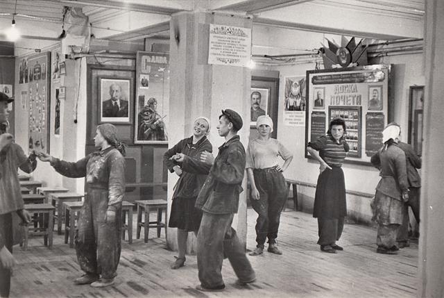 « Hôtel Ukraine, à l'heure de la pose des ouvriers dansant le Fox Trot », 1954 • Tirage argentique de 1954 • 17,3 x 25,5 cm • Cachet Henri CARTIER BRESSON au dos © Copyright Cartier-Bresson/Magnum