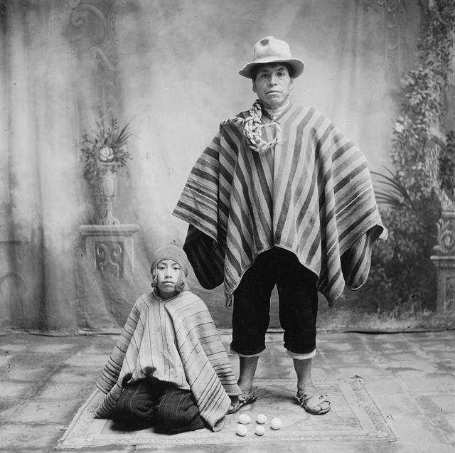 « Le vendeur d'œuf et son fils » • Christmas at Cuzco. Publié dans Vogue de décembre 1949 • Tirage argentique • 19,8 x 19 cm © Irving Penn