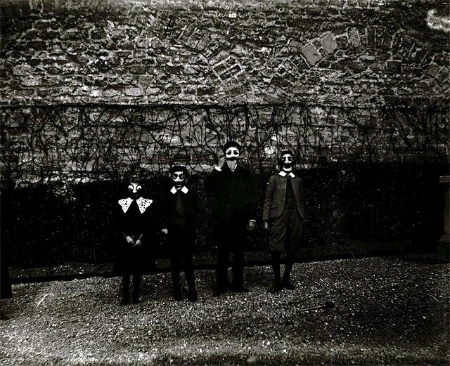 """""""Mardi-Gras avec Bouboutte, Louis, Robert et Zissou"""", Paris 1903 • Tirage argentique des années 1980, d'après le négatif sur verre 9 x 12 cm original, sur papier baryté • Cliché de 20 x 39,7 cm, sur une planche de 30 x 39,7 cm © Jacques-Henri Lartigue"""
