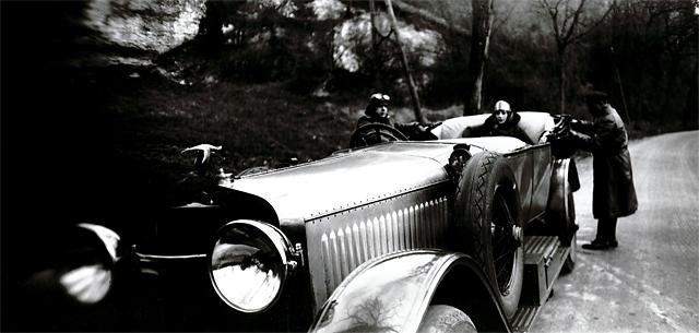 """""""Sur la route de Houlgate avec Marie, Bibi et Jean le chauffeur – Automobile Hispano- Suiza 32 P"""", avril 1927 • Tirage argentique des années 1980, d'après le négatif sur verre 6 x 13 cm original, sur papier baryté • Cliché de 17 x 35,5 cm, sur une planche de 30 x 39,7 cm © Jacques-Henri Lartigue"""