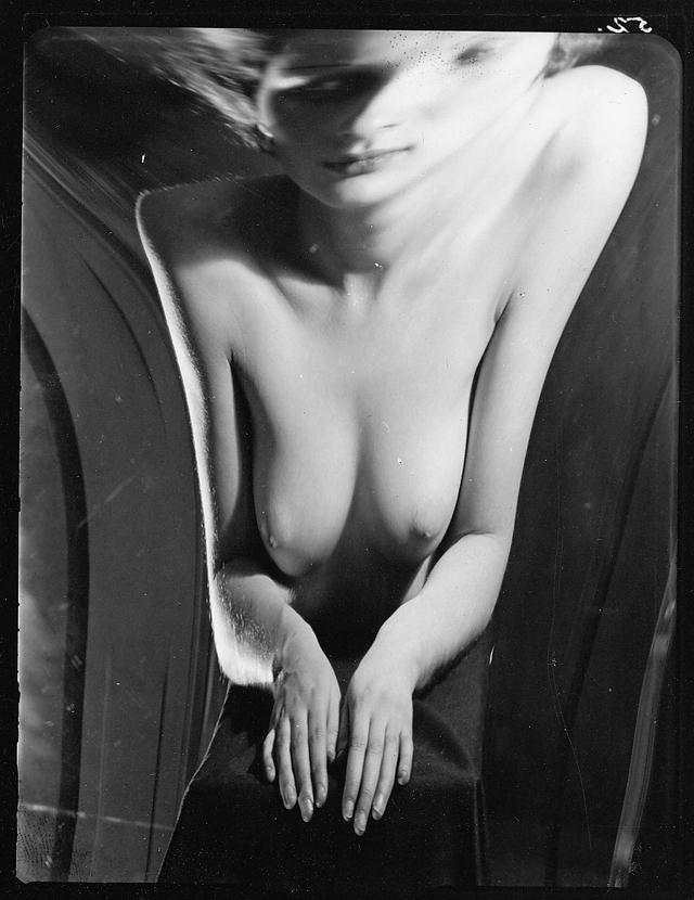 « Distorsion 52 », 1933 • Photographie argentique • 12,5 x 10 cm. © André Kertész