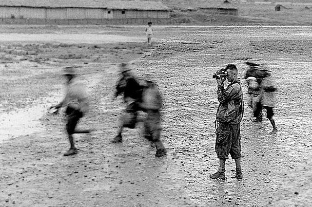 1954, Pierre Schoendorffer, à Dien Bien Phu © Raymond Cauchetier