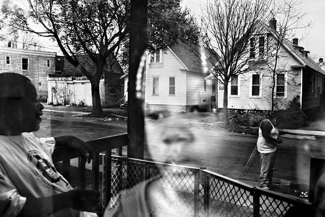 Une famille dans le quartier de Crescent à Rochester. Rochester, état de New York. États-Unis, 2012 © Paolo Pellegrin / Magnums Photos / Postcards from America