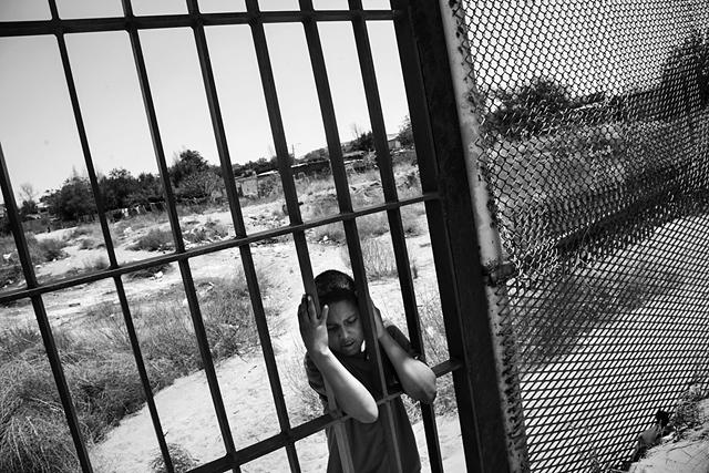 Un enfant du côté mexicain de la clôture à Colonia Rancho Anapra, un quartier voisin de Ciudad Juárez. États-Unis/Mexique, 2011 © Paolo Pellegrin / Magnums Photos / Postcards from America