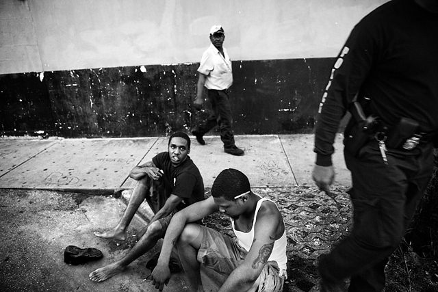 Des membres du TRU, la Tactics and Rescue Unit de la police de Miami, effectuent un contrôle. Miami, Floride. États-Unis, 2012 © Paolo Pellegrin / Magnums Photos / Postcards from America