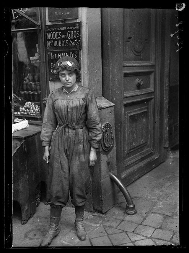 """Guerre 1914-1918. """"Les nouveaux métiers des femmes depuis la guerre"""" : Automobiliste. Paris, juin 1917. © Excelsior – L'Equipe / Roger-Viollet"""