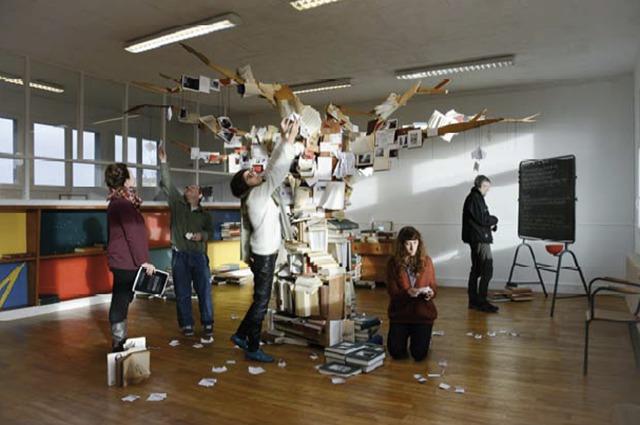 """""""L'arbre aux mouchoirs"""", série d'installations """"Empreintes et chose perdue"""", technique mixte (récupération de bois et livre, tirages photographiques, pliages de papier, 2x4x1m)"""
