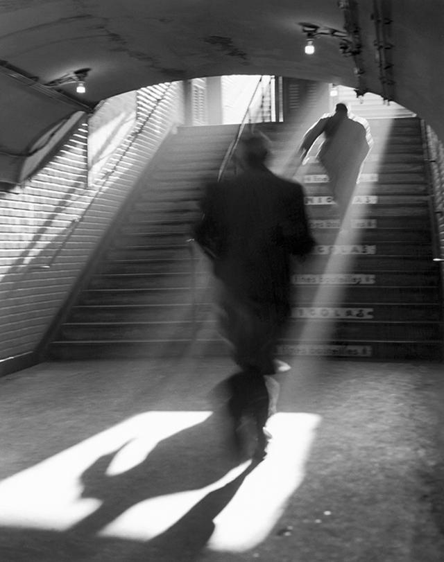 Sortie de metro, Paris, 1955 © Sabine Weiss
