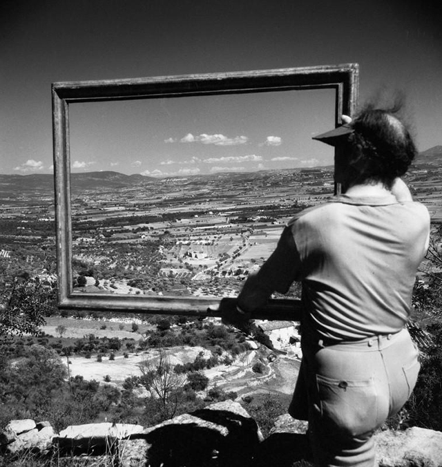 Le peintre André Lhote encadrant la vallée d'Apt, Gordes (Vaucluse), 1947