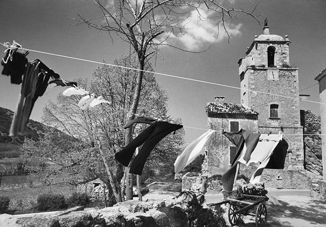 Maubec au pied du Luberon (Vaucluse), 1973