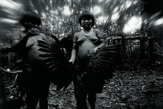 La Fondation Cartier expose la lutte yanomami photographiée par Claudia Andujar