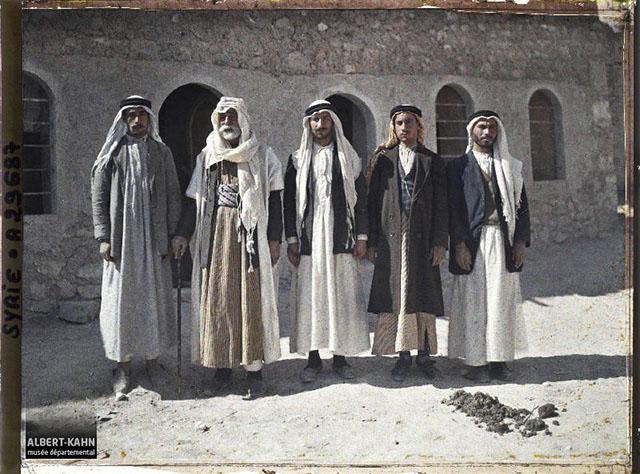 n° d'inventaire A29687, Collection Archives de la Planète - Musée Albert-Kahn/Département des Hauts-de-Seine - Syrie, Palmyre, Le Cheikh Abdallah, à sa gauche ses trois fils, à sa droite son secrétaire, 1921